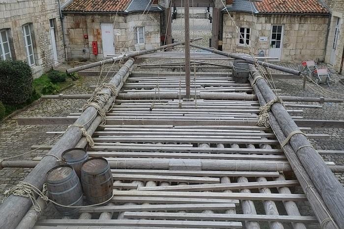 Radeau de la Méduse reconstitué à l'échelle 1 visible dans la cour du musée de la Marine à Rochefort