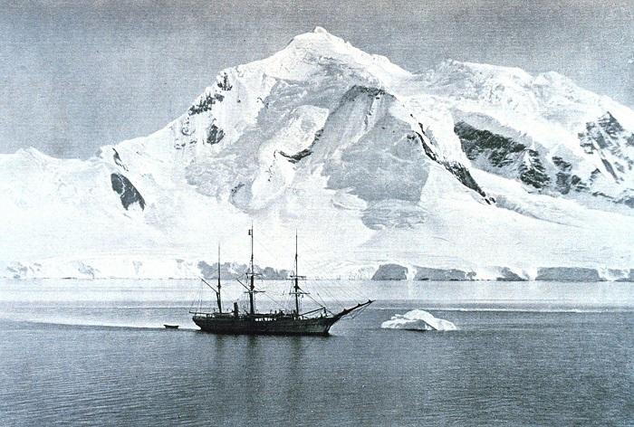 La Belgica à l'ancre au Mont Wilson, Antarctique | Photo issue de Wikipédia