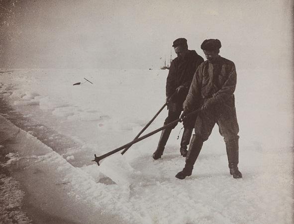 Roald Amundsen et Engelbret Knudsen sur la banquise en 1899 | Photo issue de Wikipédia