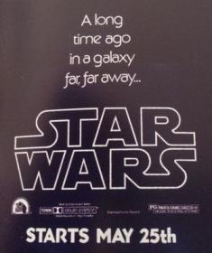 Cette affiche conçue pour les petits panneaux n'est visible que dans les villes où Star Wars est projeté en 70mm. C'est aussi la seule affiche du film portant la date du 25 mai.