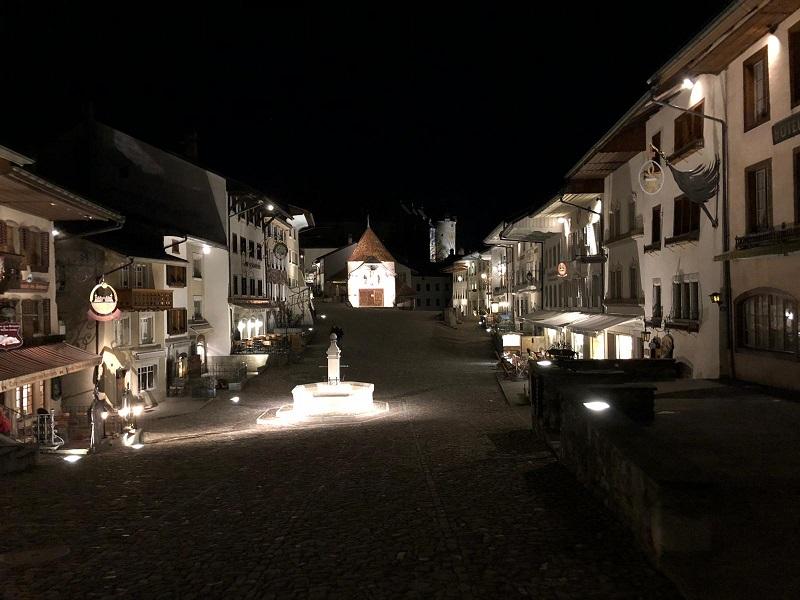 Le bourg de Gruyères de nuit, photo @Koyolite Tseila